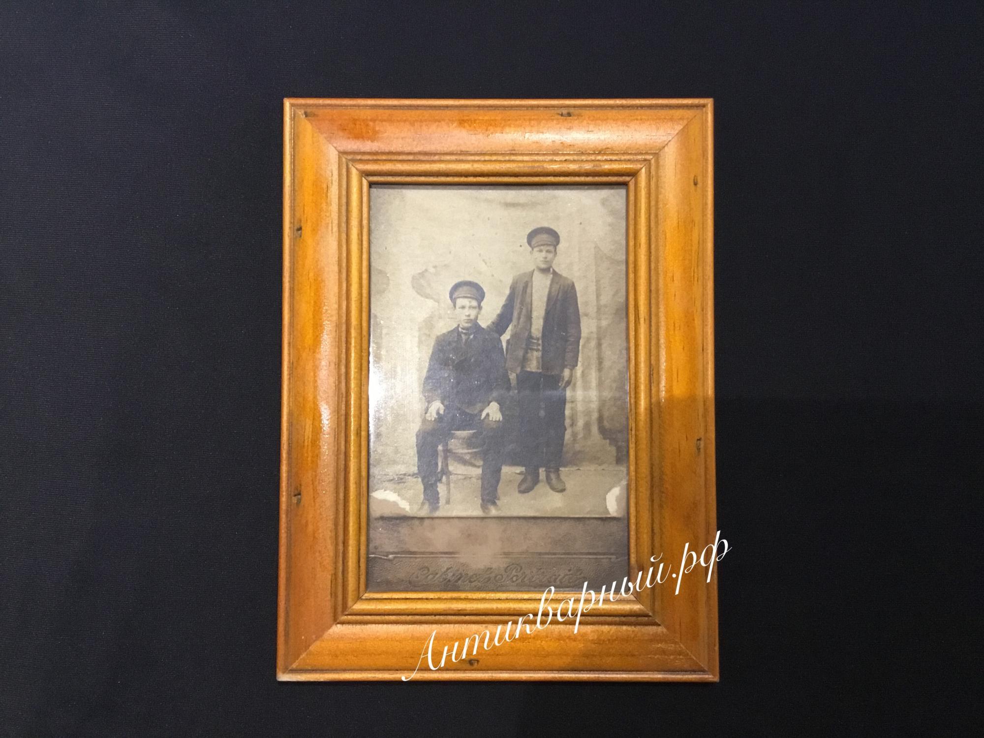 Старинная деревянная рамка для фотографий