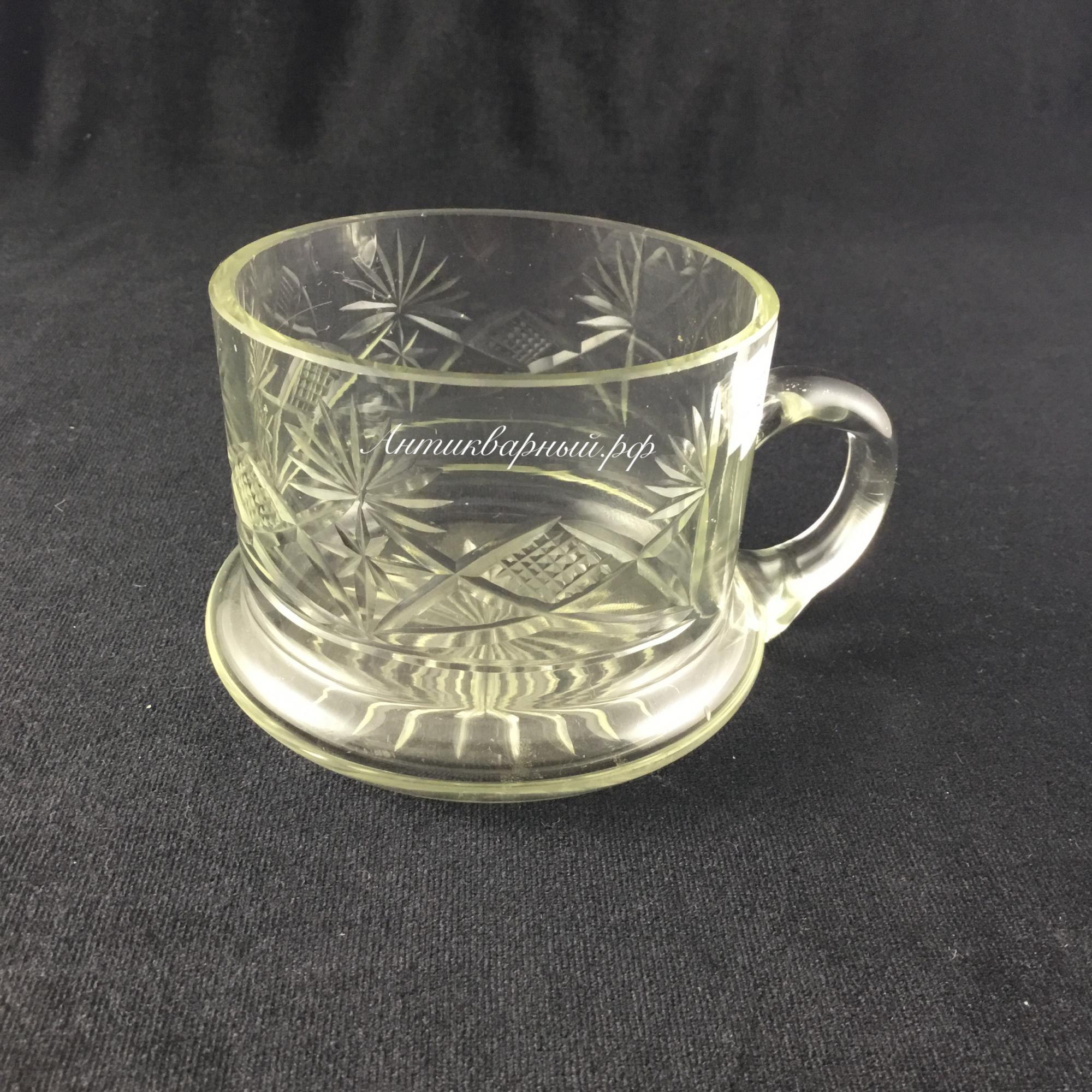 Старинная стеклянная чашка.