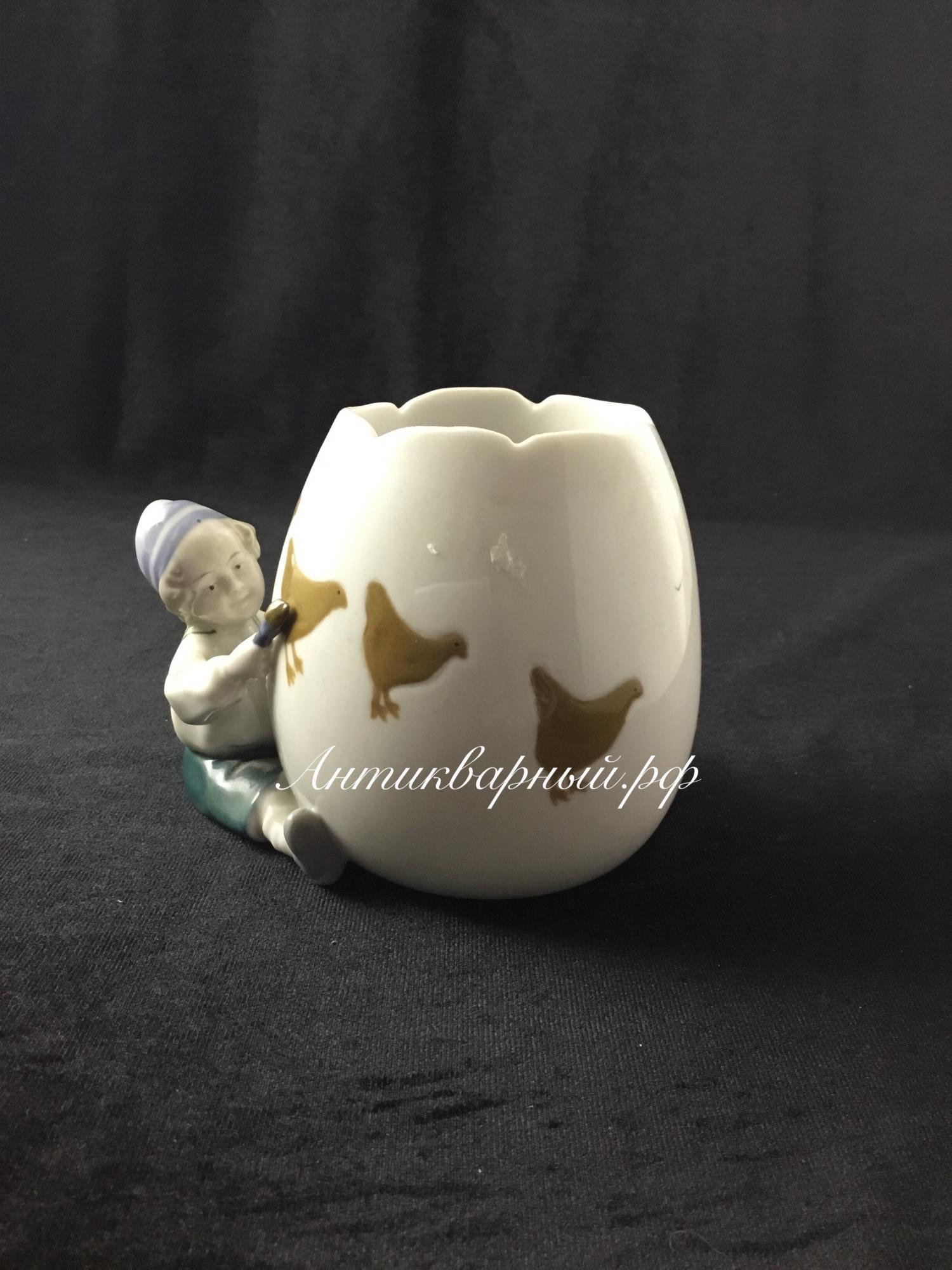 Фигурка Мальчик раскрашивает пасхальное яйцо. Европа