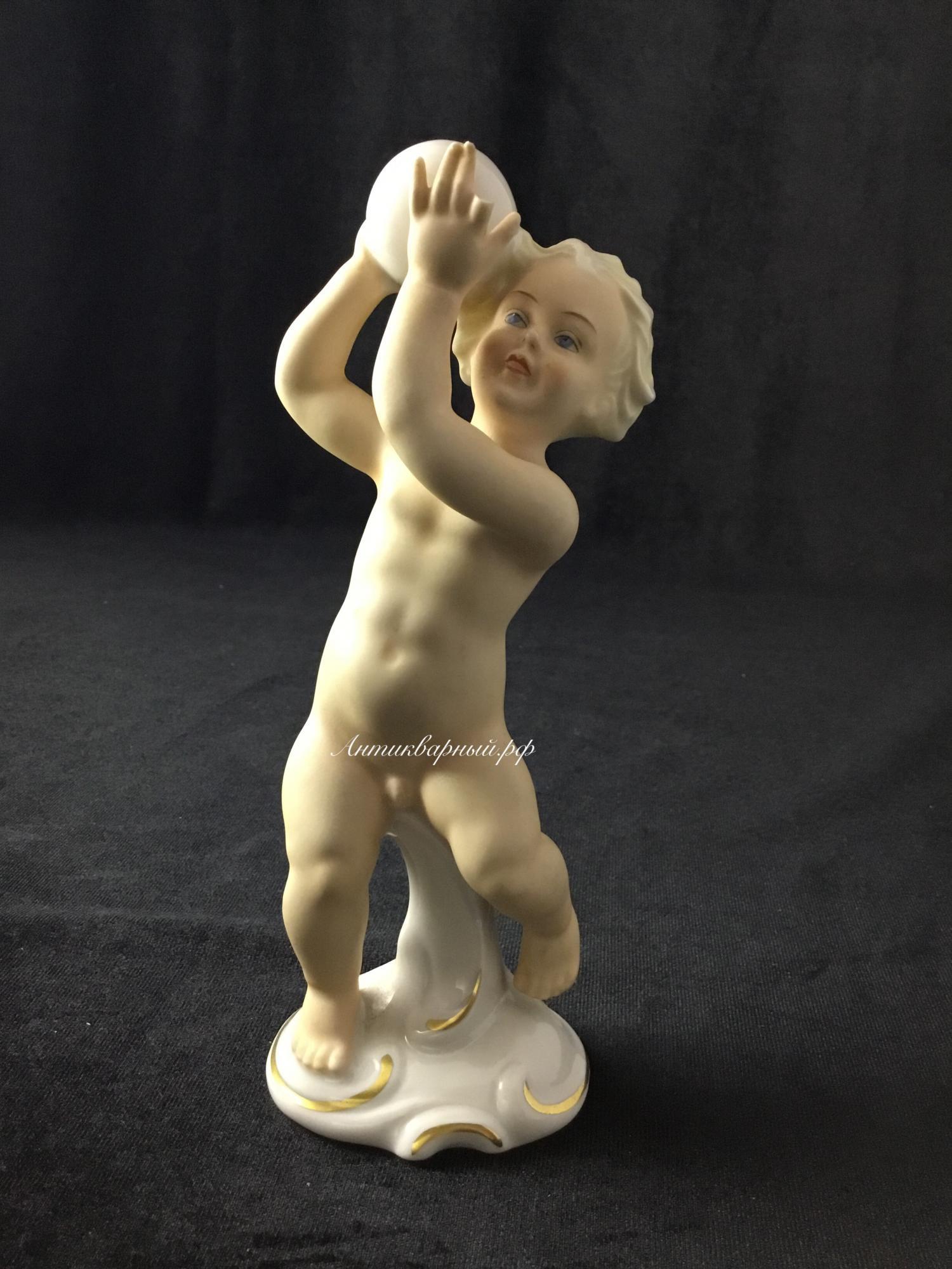 Статуэтка Мальчик с мячом