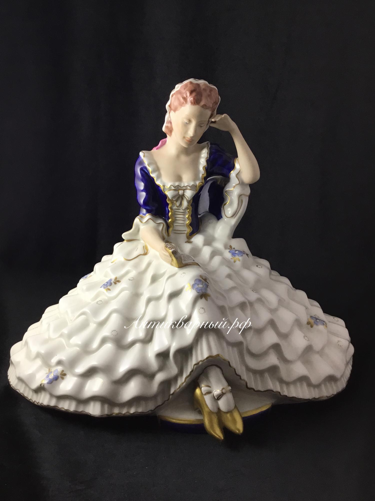 Фигура девушка с книгой Европа