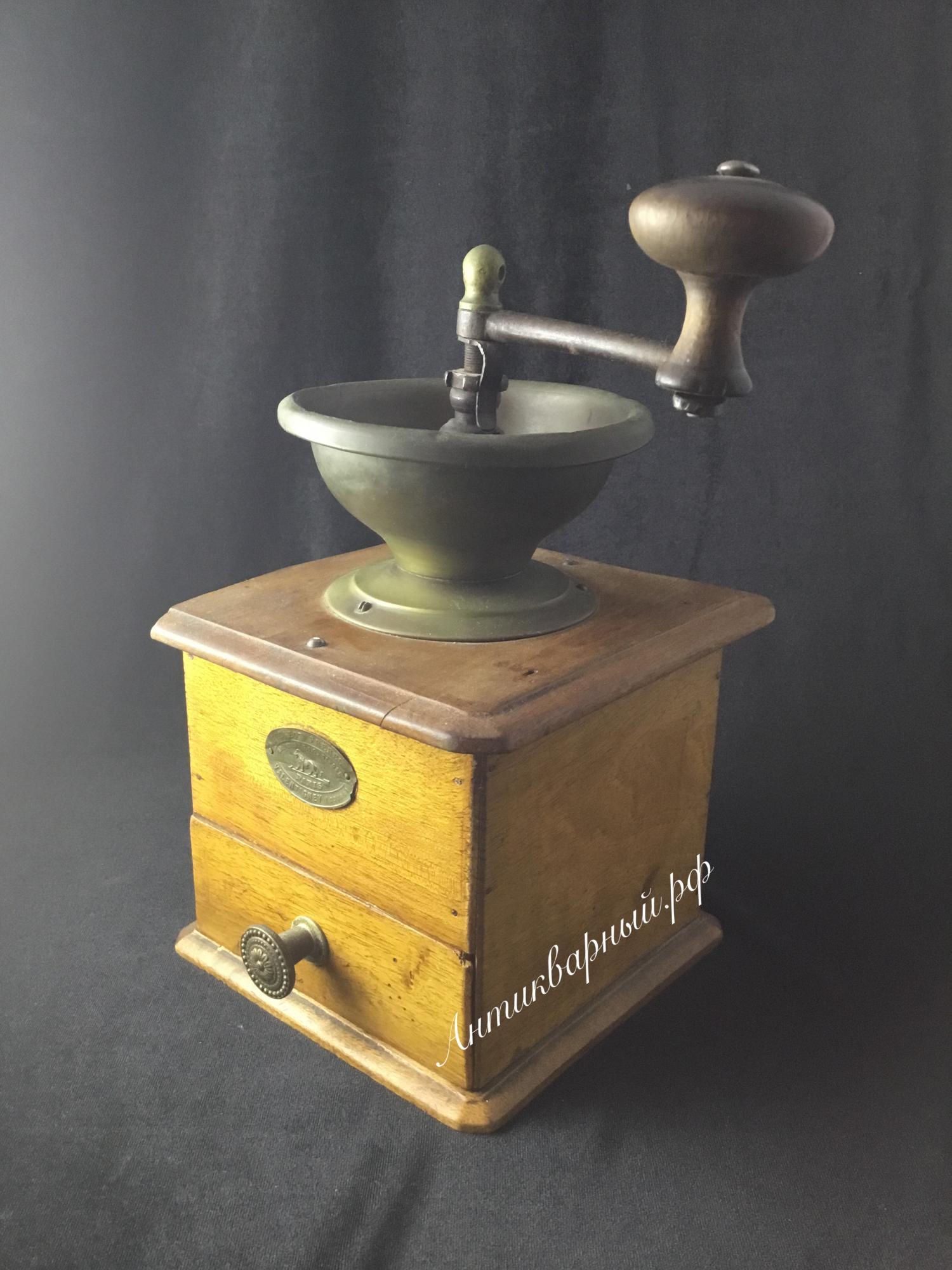 Старинная деревянная кофемолка. Париж.
