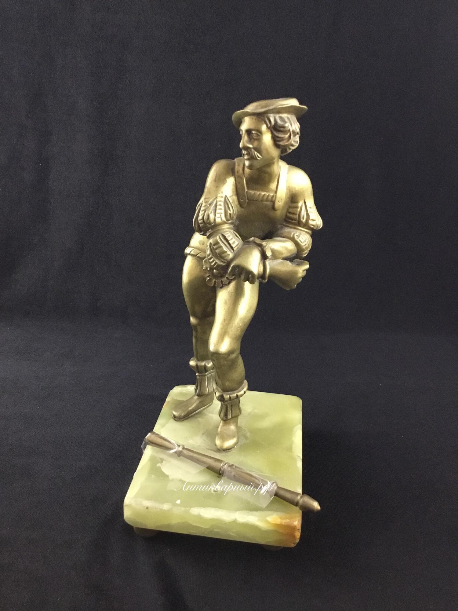 Бронзовая статуэтка на ониксе