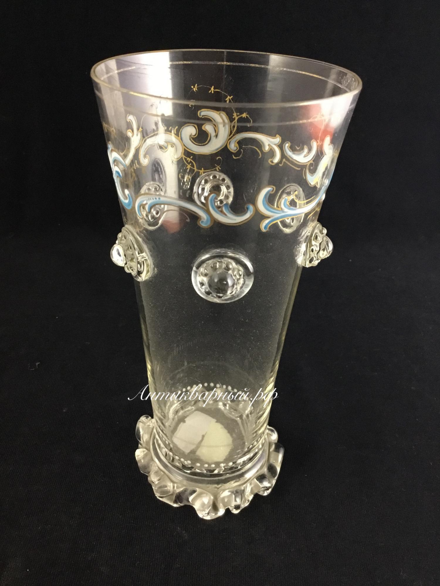 Старинная ваза из тонкого стекла