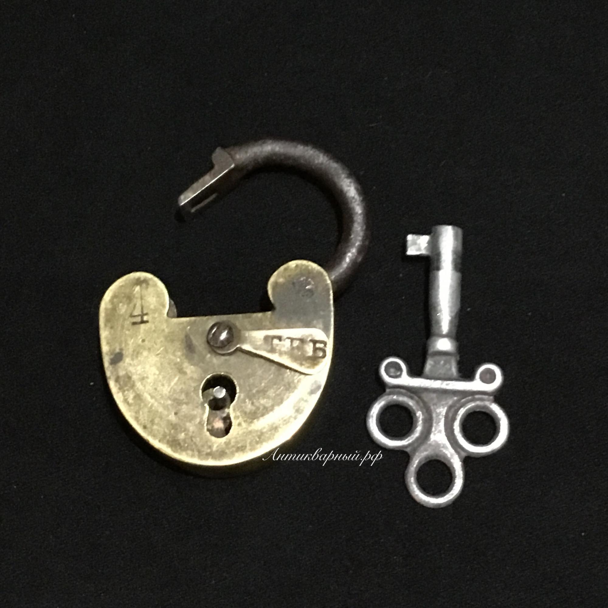 Маленький латунный замочек с ключем