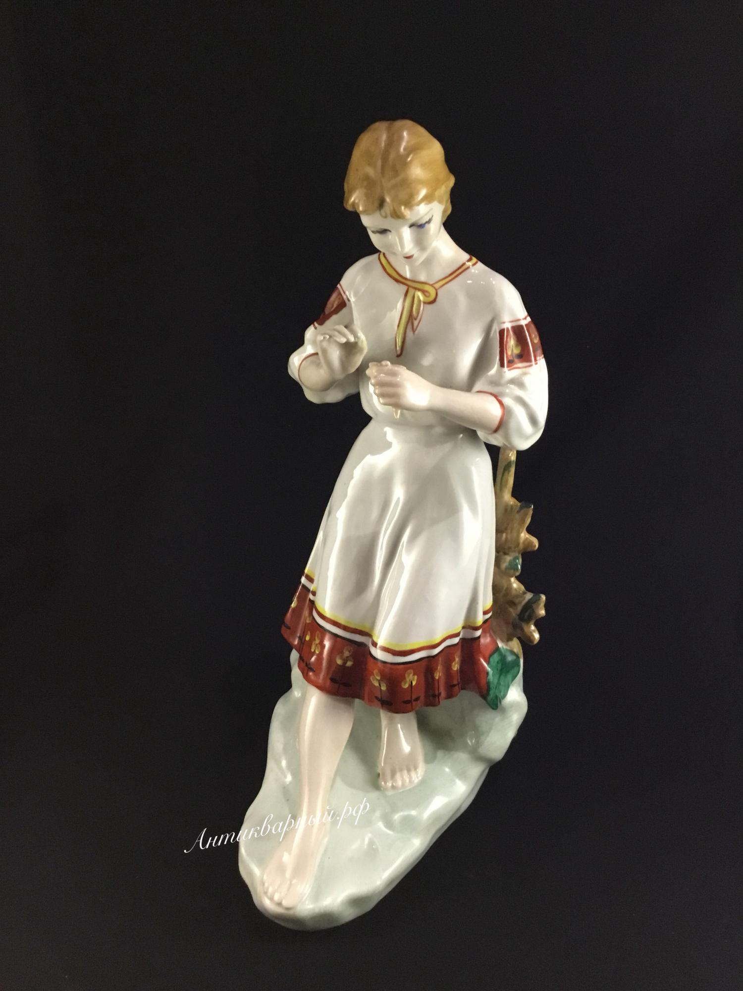Статуэтка Девушка с цветком. Гадание на ромашке