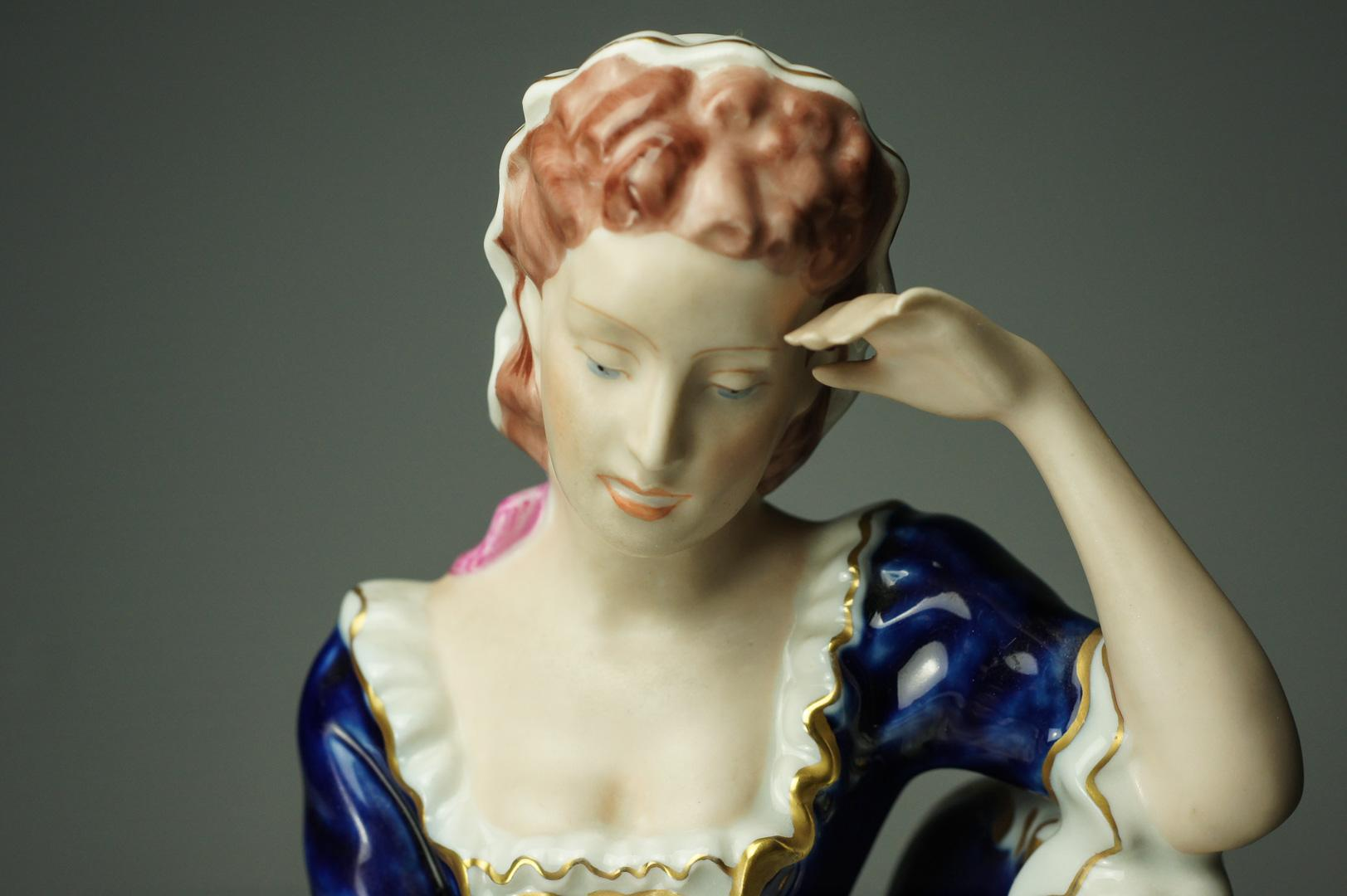 Статуэтка дама с книгой фарфор Royal Dux