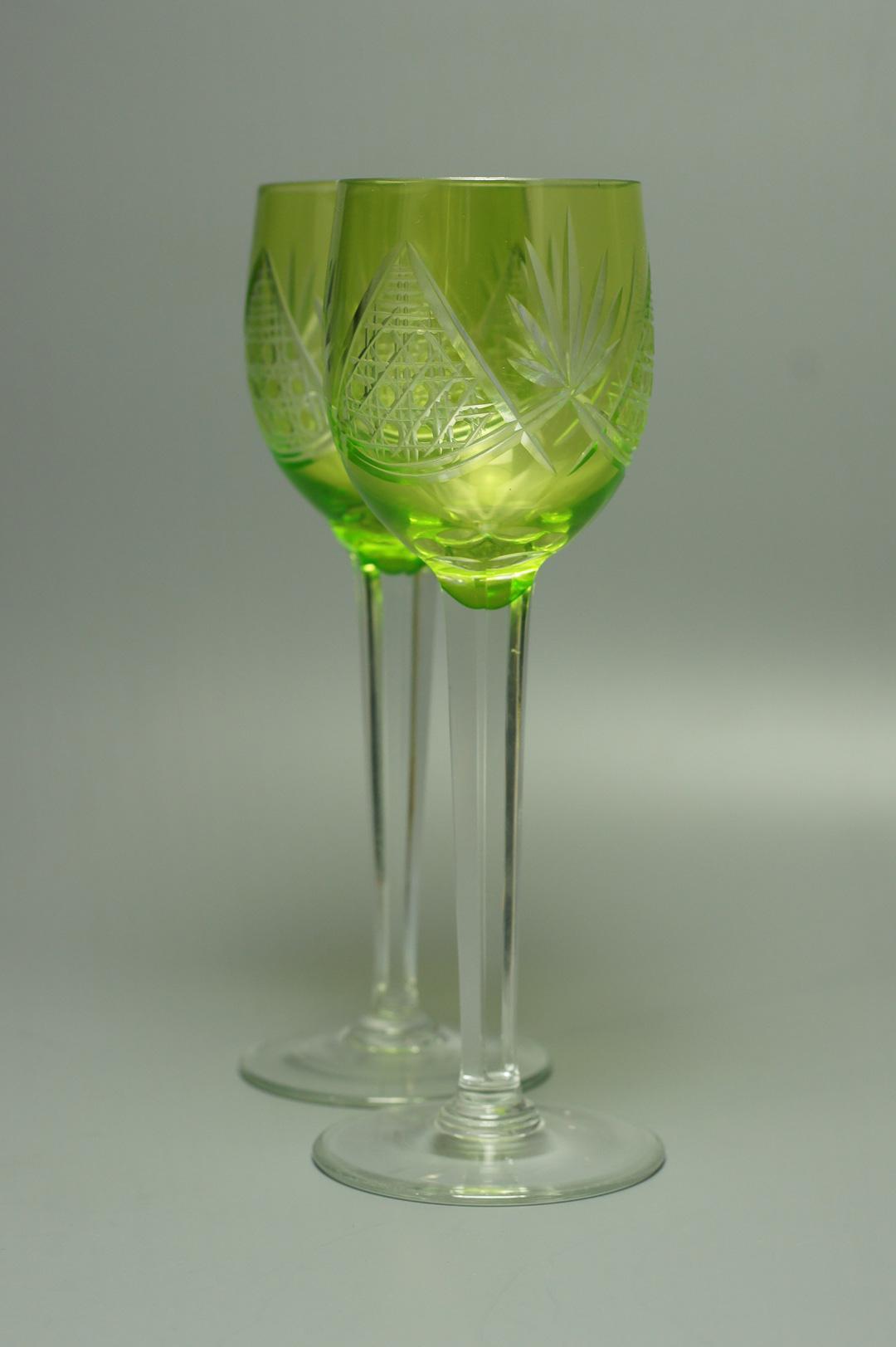 Пара зеленых бокалов