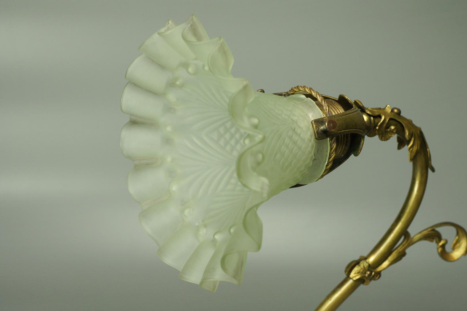 Светильник-бра с белым плафоном