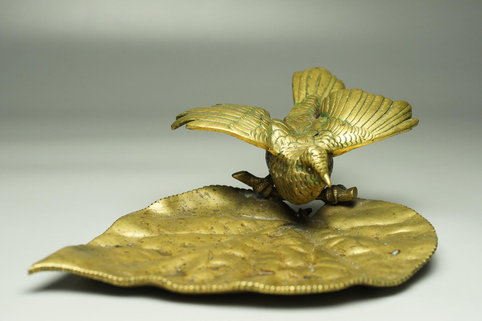 Лоток птица на листке бронза