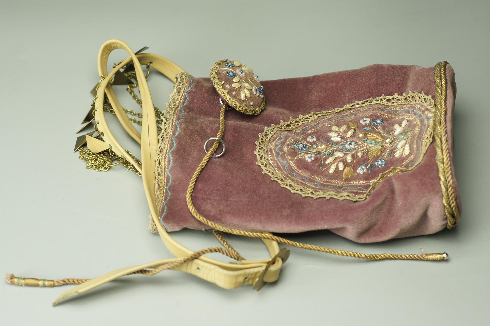 Сумочка на ремешке с брошью