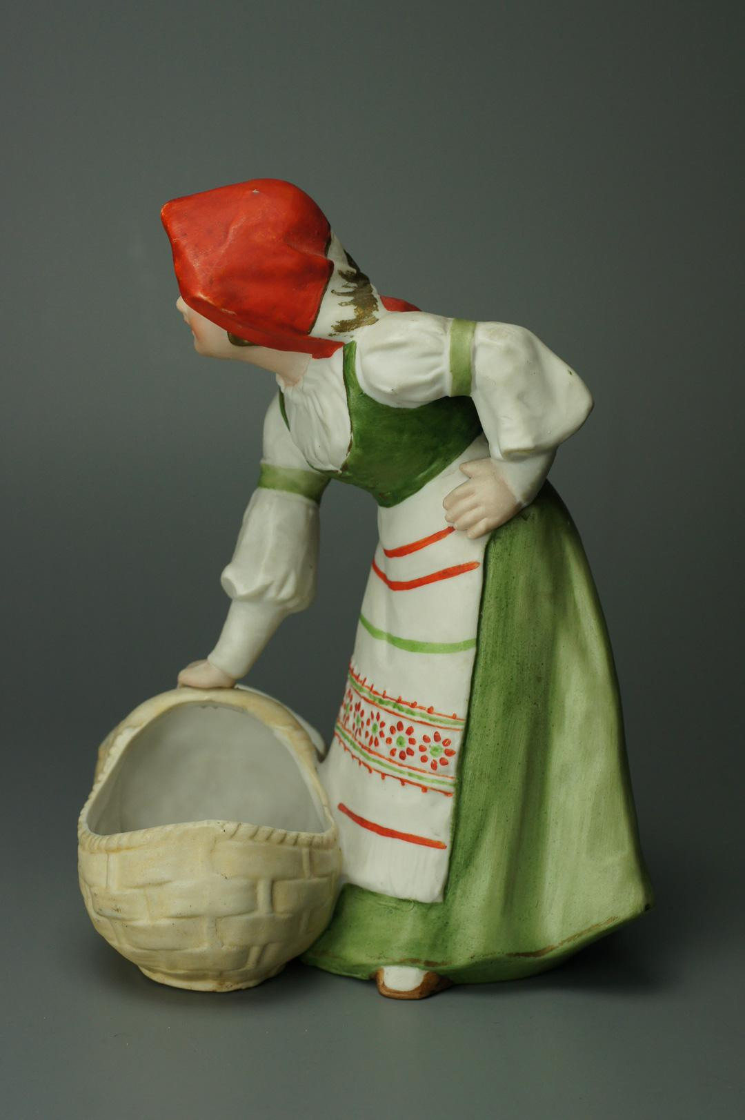 Статуэтка Девушка с корзиной
