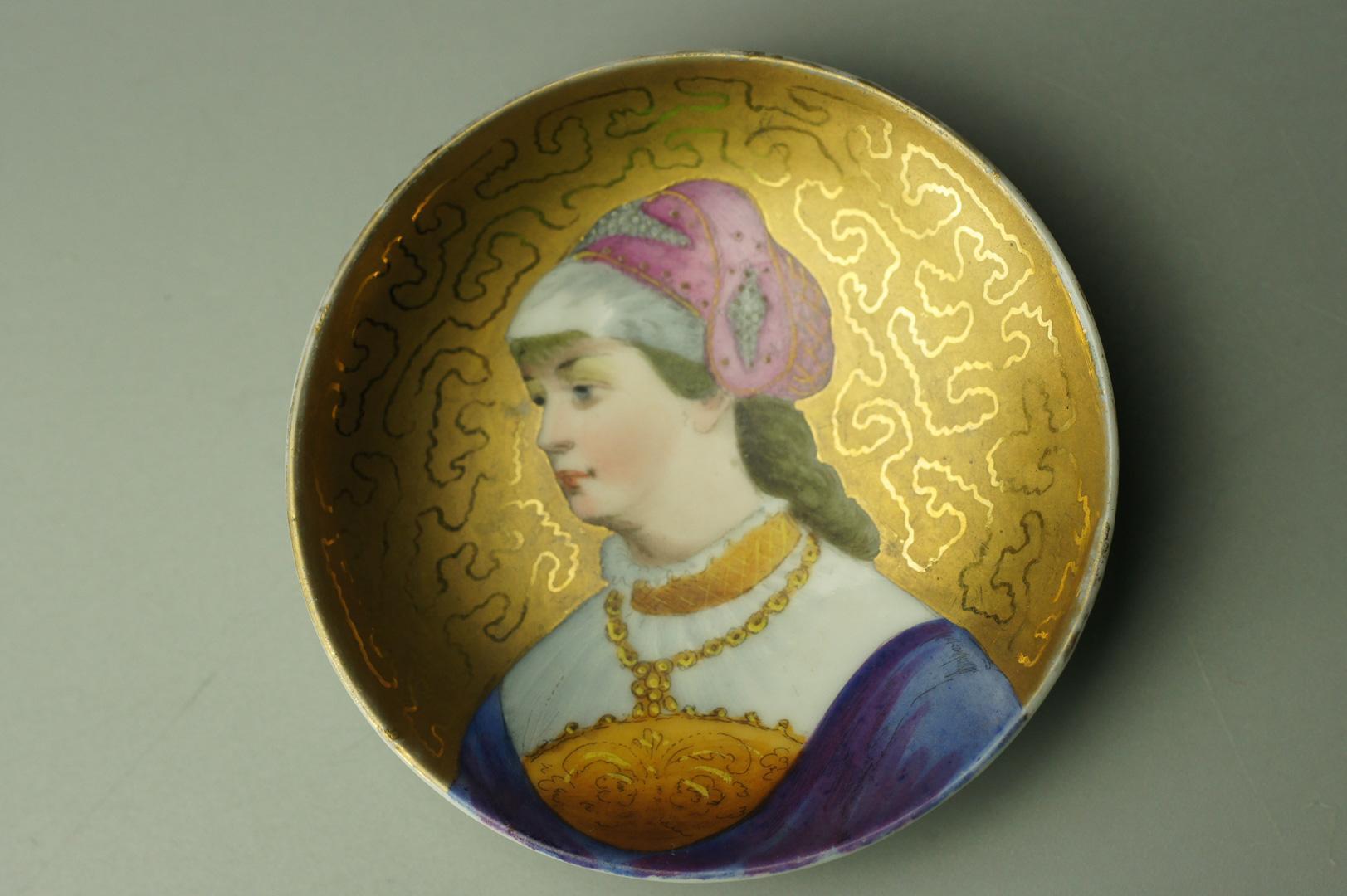 Розетки с женскими портретами